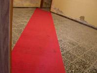 Danilo Sini, ***, 2004, passatoia rossa, luce a incandescenza, dimensione ambiente