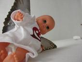DAnilo Sini, Cosa c'è dentro gli angeli, 2000, Bambolotti, ali di piccione, acrilico su cotone, dimensione ambiente