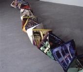 Robert Gligorov, Il codice del pop, 2001, scultura con copertine lp cucite a fisarmonica, dimensioni variabili, collezione privata